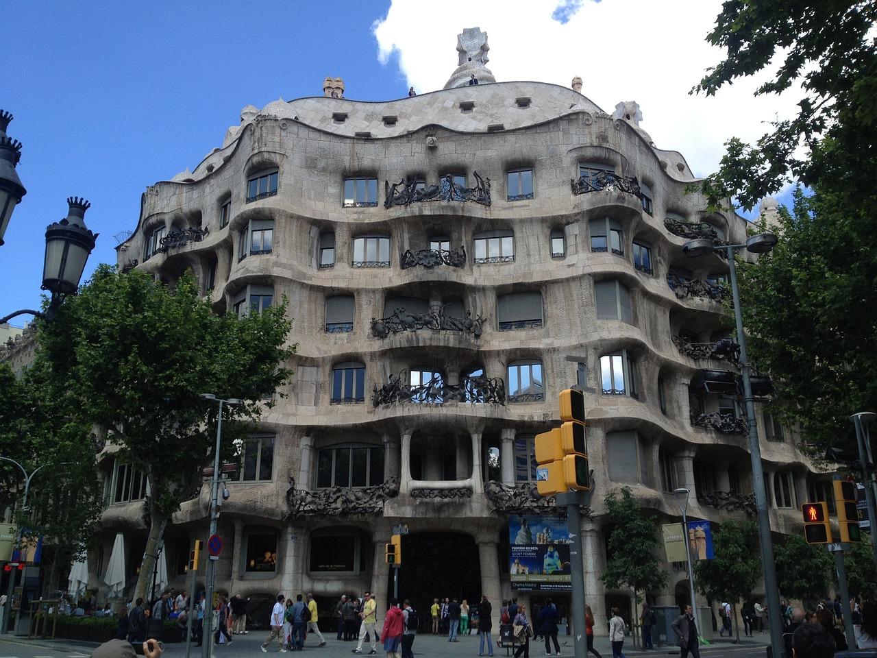 Si vous décidez d'acquérir un bien immeuble en Espagne, vous devez savoir que l'achat du bien devra être réalisé devant un Notaire espagnol, puis que cet achat sera enregistré auprès du registre espagnol de la propriété correspondant.