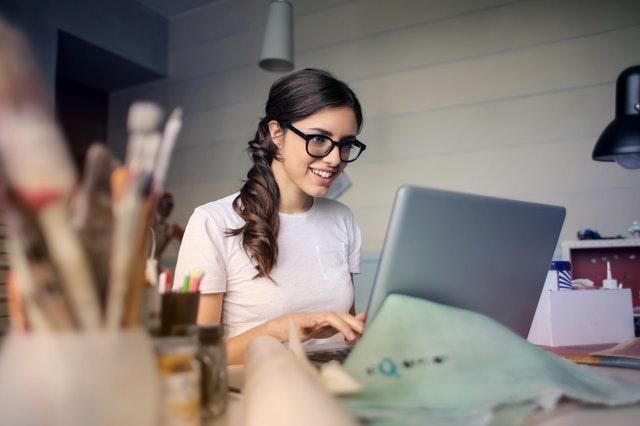 ¿Cómo puedo acceder a una autorización de residencia que me permita trabajar desde España